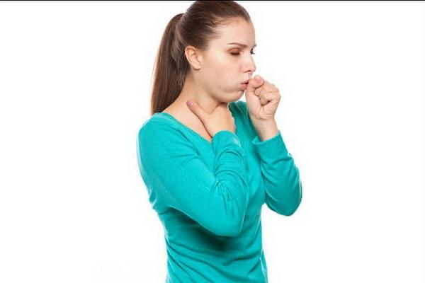 Девушка больна трахеитом