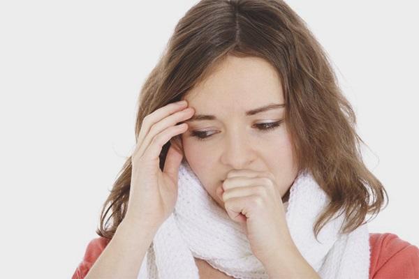 Приступ кашля у девушки
