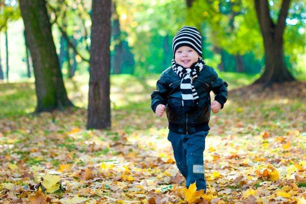 Прогулки на свежем воздухе полезны при влажном кашле у ребенка