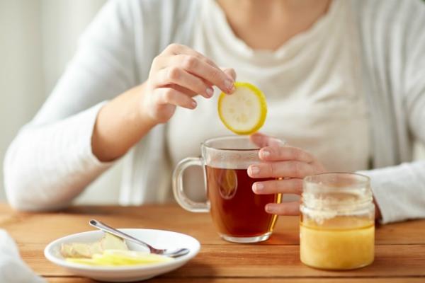 Обильное теплое питье поможет быстрее справиться с влажным кашлем