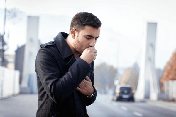 Приступ кашля у мужчины