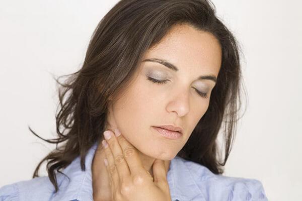 Першение в горле у женщины