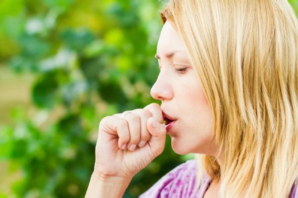 Першение и кашель у женщины