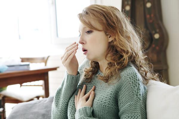 Сухой кашель у женщины
