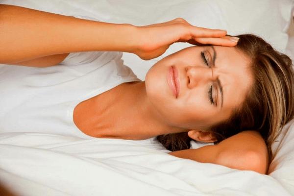 Головная боль у женщины от простуды