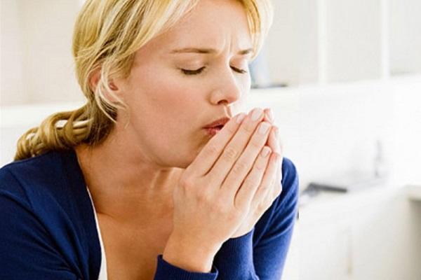 Приступ кашля у женщины при простуде