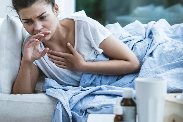 Приступ ночного кашля у девушки