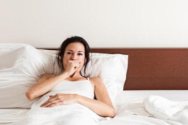 Женщина больна кашлем